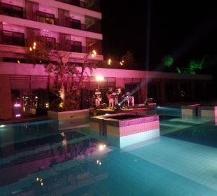 Liveband auf der Poolinsel Sensimar Side Resort & Spa