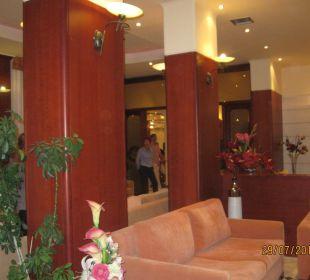 Lobby und Eingang zum Restaurant Vantaris Beach Hotel
