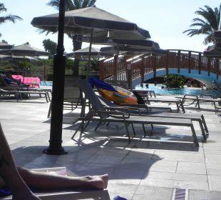 Zweiter große Pool wo auch eine Brücke darüber geh Hotel Horizon Beach Resort