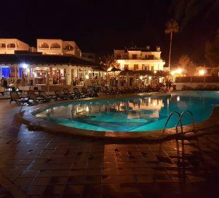 Pool mit Blick auf die Bar Hotel Ola Club Cecilia