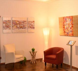 Kunst, Info-iPad und Sitzgruppe in der Lobby Moselromantik Hotel Thul