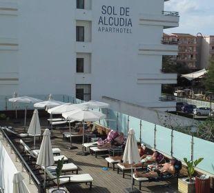 Sonnenterrase seitlich zum Nachbahotel gelegen JS Hotel Sol de Alcudia