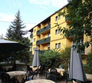 Blick vom Biergarten auf Haus 2 Hotel Ariell