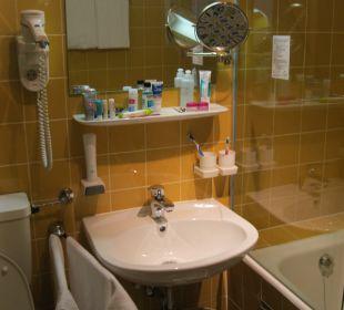 Badezimmer mit Wanne/Dusche Erlebnishotel Tiroler Adler