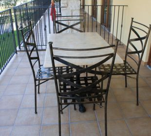 Tisch und Stühle am Balkon Residenza Le Due Torri