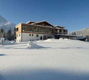 Hotel im Winter vom See aus gesehen Hotel Fischer am See