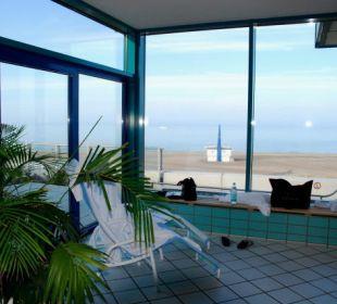 Liege mit Ausblick im Meerwasser-Schwimmbad Hotel Neptun