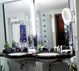 Badezimmer mit 2 Waschbecken,Dusche und Badewanne Westin Grand München