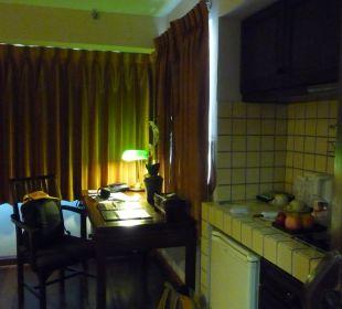 Küchenzeile und Schreibtisch mit Beleuchtung Hotel Siam Heritage
