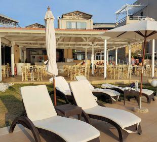 Hinten die Poolbar Hotel Istion Club & Spa