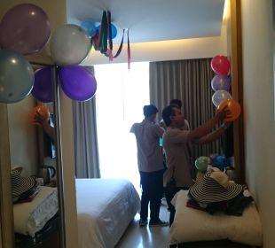 Geburtstagsvorbereitung im Zimmer nebenan