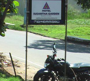 Schild - Neben der Bahnlinie Hotel Susantha Garden