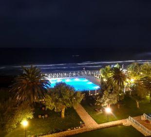 Der Pool am Abend lti Grand Hotel Glyfada