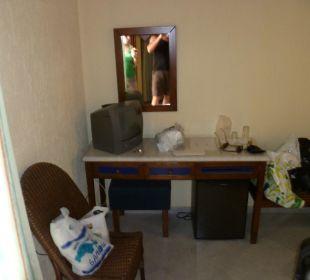 Mini Fernseher mit einem Dt. Sender und Mini Bar Hotel Kalidon