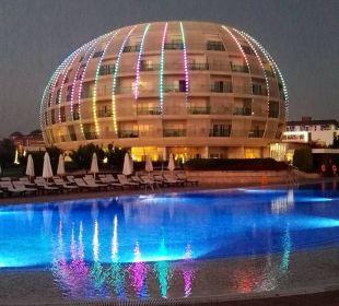 Beleuchtetes Hotel mit Pool am Abend. SENTIDO Gold Island