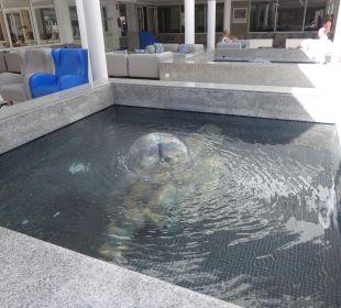 Kleines Wasserspiel in der Lobby Olimarotel Gran Camp de Mar