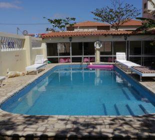 Der Pool - ganze 5 Liegen und eine Auflage Hotel Pousada da Luz