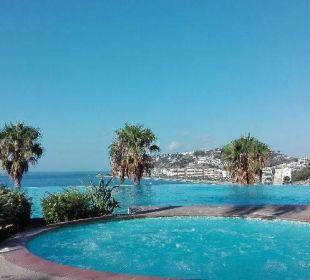 Widok na basen i miasto Playacalida Spa Hotel