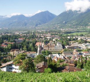 Unverbauter Ausblick auf die Kurstadt Meran Appartement & Weingut Linter