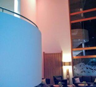 Treppenhaus in wechselndem Farbspiel Hotel Exquisit