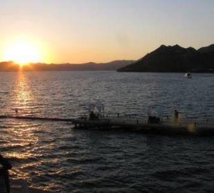 Widok z basenu głównego na morze i molo Sensimar Marmaris Imperial