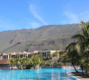 Pool mit Blick auf die Berge La Palma Princess