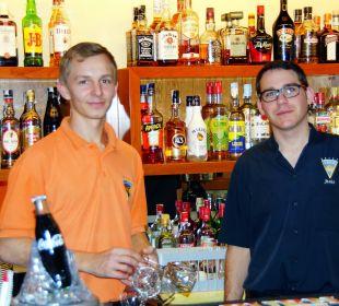 Oscar und Jesus - Personal in der Bar Hotel Osiris