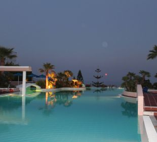 Pool in der Dämmerung Hotel Mitsis Rhodos Village & Bungalow