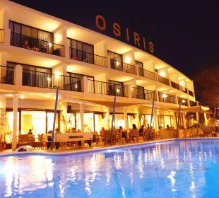 Fassade und Pool in der Nacht Hotel Osiris