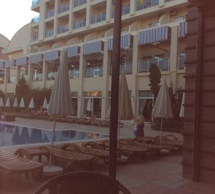 Pool mit Blick aufs Restaurant Hotel Titan Select