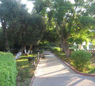 Ein Weg von vielen in dieser Anlage Horus Paradise Luxury Resort Club