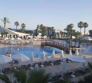Widok na basen z restauracji Bellis Deluxe Hotel