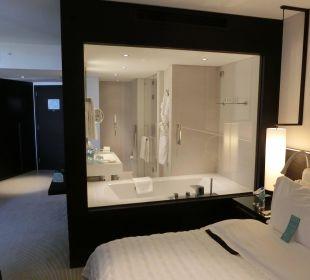 Schlafzimmer mit Blick aufs Bad Le Royal Méridien Beach Resort & Spa Dubai
