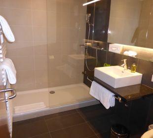 Badezimmer mit grosser Dusche Hotel Pilatus-Kulm