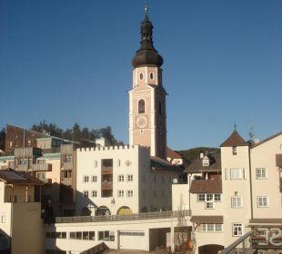 Blick auf das Hotel und Kirchturm