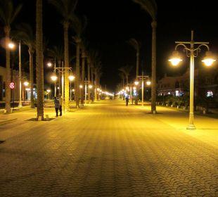 Променадная улица за территорией отеля ночью The Grand Resort