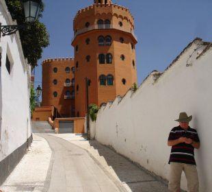 Vom Gässchen Blick zum Hotel Hotel Alhambra Palace