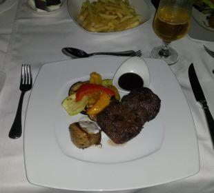 Abends lecker Essen an der Poolbar