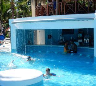 Swim-Up Bar und weiterer Bar darüber Hotel Natura Park Resort & Spa