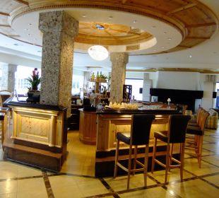Bar mit Rezeption(rechts) und Wintergarten Kaysers Tirolresort