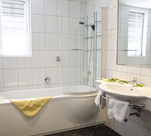 Badezimmer vom Doppelzimmer im Tiefparterre  The Hotel