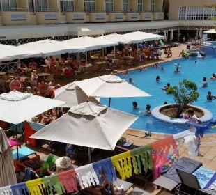Wie die Ölsardinen. Der Pool war hier mal leer IFA Catarina Hotel