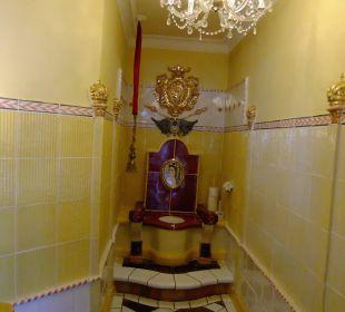 Kaiserliches WC im Restaurantbereich Kaysers Tirolresort