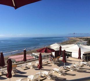 Die große Sonnenterrasse von ganz oben gesehen Hotel Atlantic Beach Club