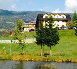 Blick über den Teich und den Tennisplatz Familotel Seitenalm