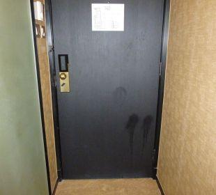 Siffige Zimmertür mit großen Flecken Hotel Harbour Grand Hong Kong