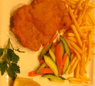 """Unser """"Extra"""" bestelltes Schnitzel außerhalb des Hotels Hotel Monika"""