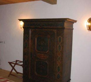 Antiker Schrank im Schlafzimmer Landhaus Schloss Anras