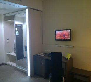 TV und Garderobe EnergieHotel Berlin City West