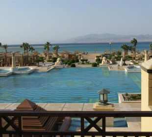 Blick von der Terrasse auf Pool